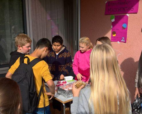 Muffinverkauf am Internationalen Mädchentag