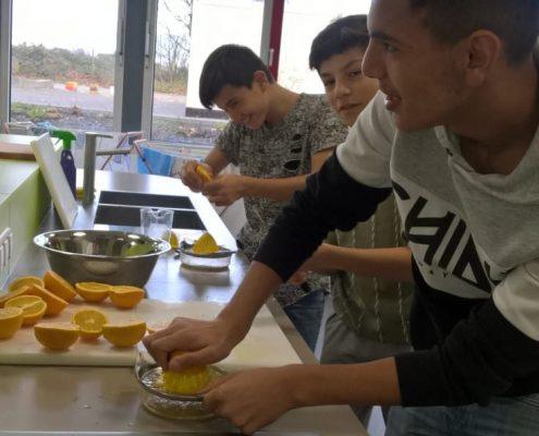 Schüler in der Schulküche